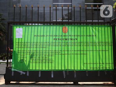 Petugas keamanan menutup pagar gedung Pengadilan Negeri Jakarta Pusat, Rabu (7/10/2020). Pengadilan Negeri Jakarta Pusat menghentikan aktivitas selama tiga hari terhitung Rabu 7 Oktober hingga 9 Oktober 2020 karena adanya hasil tes pegawai yang reaktif COVID-19. (Liputan6.com/Helmi Fithriansyah)
