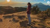 Dinda Kirana Rasakan Keindahan Alam Saat Mendaki Gunung Prau. (dok.Instagram @dindakirana.s/https://www.instagram.com/p/CFbvJ1jJxBa/Henry)