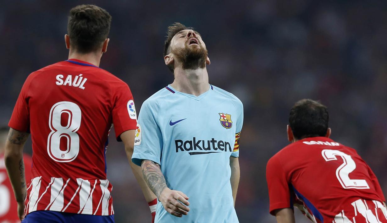 Striker Barcelona, Lionel Messi, tampak kecewa usai gagal membobol gawang Atletico Madrid pada laga La Liga Spanyol di Stadion Wanda Metropolitano, Minggu (15/10/2017). Atletico Madrid bermain imbang 1-1 dengan Barcelona. (AP/Francisco Seco)
