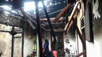 Rumah di Bogor terlihat hangus setelah dibakar oleh seorang pria yang diduga stres. (Liputan6.com/Achmad Sudarno)