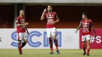 Pemain Bali United, Willian Silva Costa Pacheco (tengah), merayakan gol yang dicetaknya ke gawang Persib Bandung dalam pertandingan Babak Penyisihan Piala Menpora 2021 di Stadion Maguwoharjo, Sleman. Rabu (24/3/2021). (Bola.com/Arief Bagus)