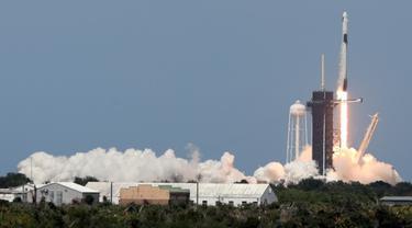 Detik-detik peluncuran Roket SpaceX Falcon 9 di Kennedy Space Center,  Florida, AS pada Sabtu (30/5/2020). (Photo Credit: AFP/Gregg Newton)