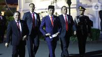 Presiden Joko Widodo atau Jokowi (tengah) berjalan saat tiba di Istana Merdeka, Jakarta, Minggu (20/10/2019). Usai dilantik menjadi Presiden RI untuk kedua kalinya, Jokowi  langsung kembali ke Istana Merdeka. (Liputan6.com/Angga Yuniar)