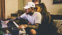 Tak hanya itu, ia pun mengunggah sebuah video hitam putih yang menunjukkan salah satu momen bahagianya dengan Mac. (instagram/arianagrande)