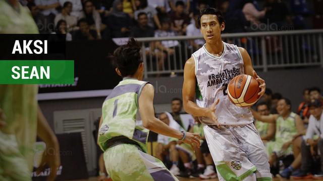 Berita video aksi salah satu pebalap ternama Indonesia, Sean Gelael, bermain basket bersama para legenda IBL.