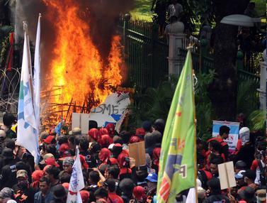 20170501-Tertahan di Medan Merdeka Barat, Massa Buruh Bakar Karangan Bunga-Tebe