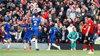Kiper Manchester United David de Gea (kanan ketiga) termenung setelah pemain Chelsea Marcos Alonso (paling kiri) mencetak gol ke gawangnya dalam lanjutan Liga Inggris 2018-2019 di Old Trafford, Manchester, Inggris, Minggu (28/4/2019). Pertandingan berakhir dengan skor 1-1. (Martin Rickett/PA via AP)