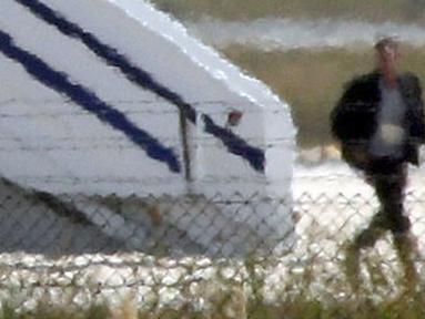Pria yang diduga pelaku pembajakan EgyptAir turun dari pesawat di Bandara Lacarna, Siprus, Selasa (29/3). Pelaku yang diketahui bernama Seif Eldin Mustafa (27) menyerahkan diri dan membebaskan 5 sandera. (Reuters/Yiannis Kourtoglou)