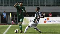 Gelandang PSMS Medan, Shohei Matsunaga, berusaha melewati bek PS Tira, Abduh Lestaluhu, pada laga Liga 1 di Stadion Pakansari, Jawa Barat, Rabu (5/12). PSMS kalah 2-4 dari PS Tira. (Bola.com/Yoppy Renato)