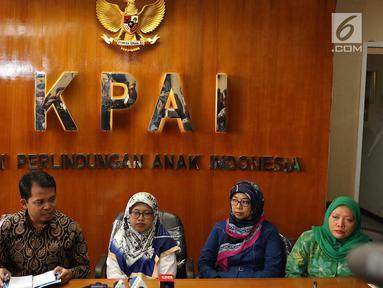 "Ketua KPAI, Susanto (kedua kiri) bersama Komisioner dan Kuasa Hukum Panitia Acara 'Untukmu Indonesia' Hendry Indraguna (kiri) menyampaikan keterangan terkait kasus ""Sembako Maut"" di Jakarta, Jumat (4/5). (Liputan6.com/Immanuel Antonius)"