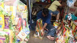 Pedagang mengemas parsel di kawasan Cikini, Jakarta, Rabu (6/6). Menjelang Hari Raya Idul Fitri, penjualan parsel para pedagang dadakan tersebut meningkat hingga 50 persen. (Liputan6.com/Immanuel Antonius)
