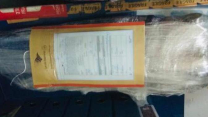 Penampakan senjata di dalam paket yang dikirimkan dari Aceh kepada Mayjen Purn Soenarko. Senapan berjenis senapan serbu itu didiuga diselundupkan untuk aksi 22 Mei. (Istimewa)