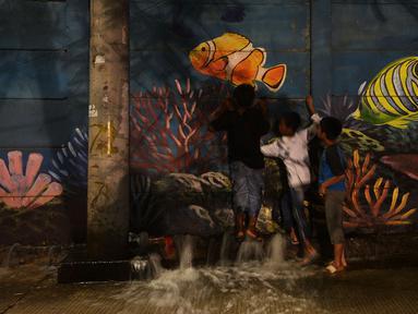 Anak-anak bermain air di kawasan Muara Baru dan Pantai Mutiara, Jakarta, Sabtu (6/6/2020). BMKG menyebutkan potensi rob di Perairan Utara Jawa disebabkan oleh kondisi pasang air laut yang cukup tinggi akibat fase bulan purnama dan potensi gelombang tinggi hingga 4 meter. (merdeka.com/Imam Buhori)
