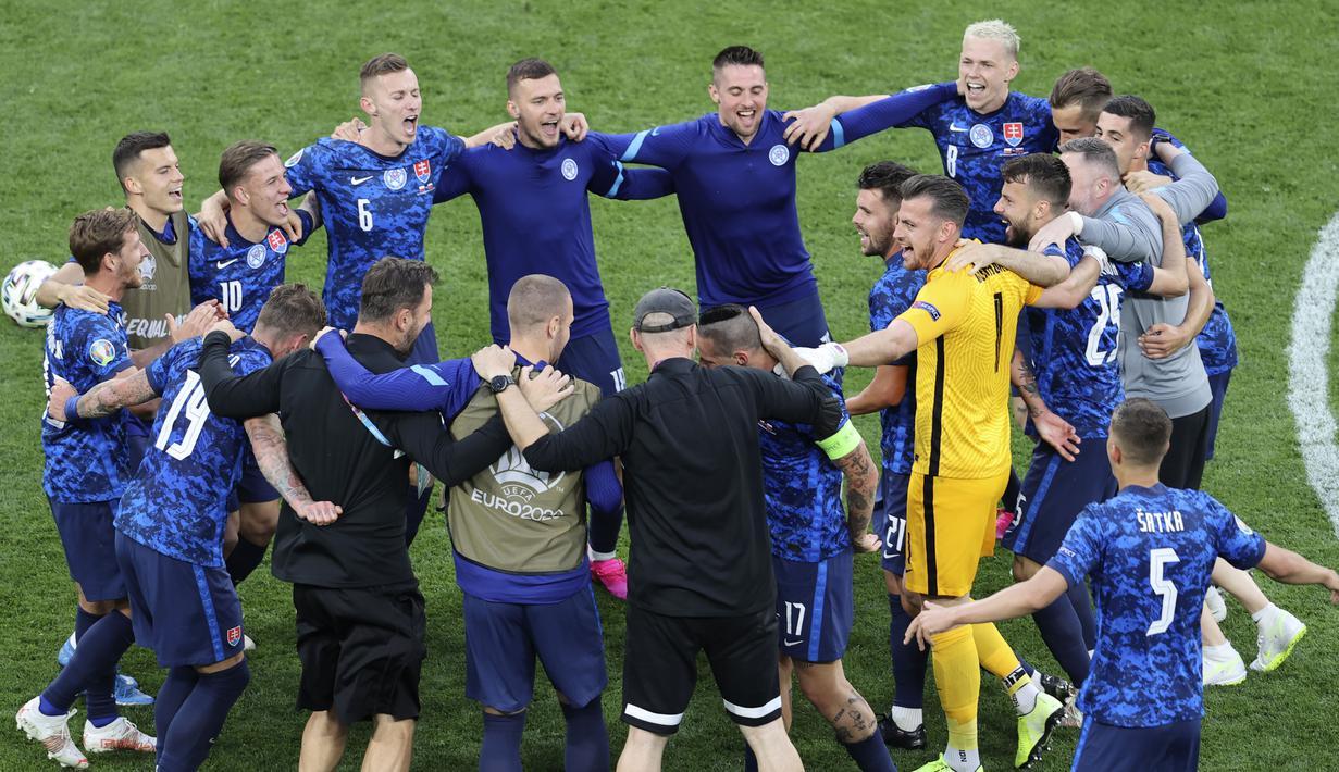 Timnas Slovakia berhasil membuat kejutan dengan menekuk Timnas Polandia 2-1 pada laga Grup E Euro 2020, di Saint Petersburg Stadium, Senin (14/6/2021). (Anton Vaganov/Pool via AP)