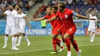 Striker Inggris, Harry Kane, merayakan gol yang dicetaknya ke gawang Tunisia pada laga Grup G Piala Dunia di Volgograd Arena, Volgograd, Senin (18/6/2018). Inggris menang 2-1 atas Tunisia. (AP/Sergei Grits)