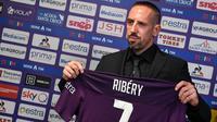 Rekrutan baru Fiorentina, Franck Ribery, menunjukan jersey saat sesi perkenalan di Stadion Artemio Franchi, Florence, Kamis (22/8). Gelandang asal Prancis ini didatangkan secara gratis dari Bayern Munchen. (AFP/Andreas Solaro)