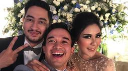 Anwar terlihat begitu bahagia saat hadir di acara pernikahan Syahnaz dan Jeje. Lihat saja wajah mereka bertiga memancarkan keceriaan. (Foto: instagram.com/anwar_bab)