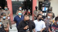 Polisi menangkap Putu Aribawa, pelaku provokasi yang menghasut dan menyebut para pengunjung mal di Surabaya, yang memakai masker adalah orang goblok dan tolol. (DIan Kurniawan/Liputan6.com))