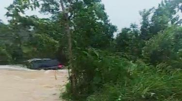 Honda Mobilio terseret banjir di Bintan. (Foto: Batamnews.co.id)