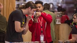 Seorang pelanggan mencium produk ganja di toko MedMen yang mulai menjual ganja untuk penggunaan rekreasional berdasarkan undang-undang ganja California di West Hollywood (2/1). (David McNew / Getty Images / AFP)