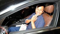 Mantan Menteri BUMN, Dahlan Iskan segera memasuki mobilnya usai menjalani pemeriksaan di Bareskrim Mabes Polri, Jakarta, Senin (22/6/2015). (Liputan6.com/Yoppy Renato)