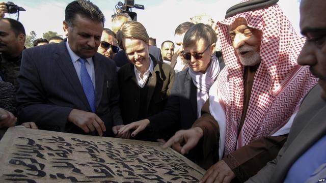 Para pejabat dan pemuka agama di Irak memasangkan batu pertama pada pembangunan ulang masjid bersejarah di Mosul (AFP)