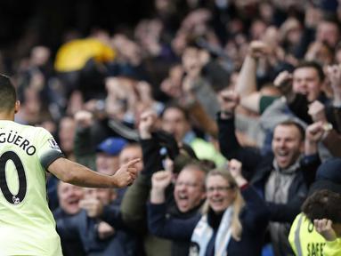 Pemain Manchester City, Sergio Aguero, merayakan gol saat timnya mengalahkan Chelsea pada lanjutan Liga Inggris di Stadion Stamford Bridge, London, Sabtu (16/4/2016). (AFP/Adrian Dennis)