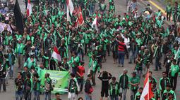 Suasana unjuk rasa pengemudi ojek online di depan Gedung MPR DPR, Jakarta, Senin (23/4). Pengunjuk rasa mensweeping bahkan memberhentikan sejumlah ojek online lain yang masih beroperasi. (Liputan6.com/Johan Tallo)
