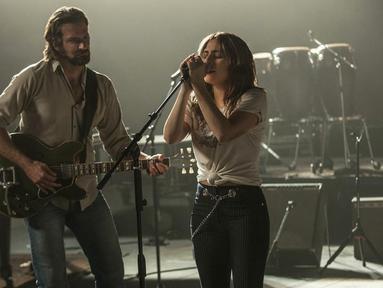 """Gambar yang dirilis oleh Warner Bros menunjukkan Bradley Cooper dan Lady Gaga dalam adegan film """"A Star is Born."""" A Star is Born merupakan film drama musikal yang mengisahkan siklus ketenaran di dunia musik AS. (Neal Preston/Warner Bros via AP)"""