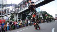 Warga menyaksikan atraksi barongsai di ruas Jalan Gajah Mada, Jakarta saat Karnaval Cap Go Meh 2018, Minggu (4/3). Beragam atraksi budaya ditampilkan dalam karnaval Cap Go Meh 2018 di kawasan Glodok Jakarta. (Liputan6.com/Helmi Fithriansyah)
