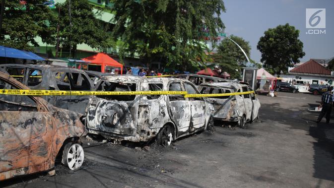 Garis polisi terpasang pada sejumlah kendaraan yang terbakar di sekitar asrama Brimob Jalan KS Tubun, Petamburan, Jakarta Barat, Rabu (22/5/2019). Diketahui kerusuhan terjadi di lokasi tersebut, buntut demo depan gedung Bawaslu yang berujung ricuh. (Liputan6.com/Faizal Fanani)