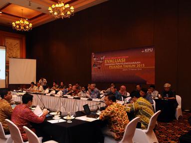 Suasana FGD KPU terkait Evaluasi Tahapan Penyelenggaraan Pilkada Serentak Tahun 2015 di Jakarta, Senin (15/2/2016). Bersama sejumlah pihak terkait, KPU pusat melakukan diskusi evaluasi pelaksanaan Pilkada Serentak 2015. (Liputan6.com/Helmi Fithriansyah)