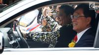 CEO Mitsubishi Motors Osamu Masuko bersama Menteri Perindustrian Airlangga Hartarto melakukan Test Drive saat penyerahan 10 mobil listrik kepada pemerintah Indonesia di Jakarta, Senin (26/2). (Liputan6.com/JohanTallo)