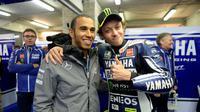 Lewis Hamilton bersama rider Yamaha, Valentino Rossi.