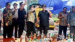 Menkeu Sri mulyani saat memusnahkan barang bukti sitaan di Kantor Bea dan Cukai, Jakarta, Kamis (15/2). Barang-barang yang dimusnahkan merupakan hasil tangkapan Bea dan Cukai secara berkesinambungan. (Liputan6.com/AnggaYuniar)