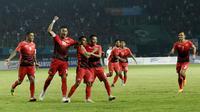 Pemain Indonesia merayakan gol yang dicetak oleh Irfan Jaya, ke gawang Hong Kong pada laga Asian Games di Stadion Patriot, Jawa Barat, Senin, (20/8/2018). Indonesia menang 3 - 1 atas Hongkong. (Kapanlagi.com/Agus Apriyanto)