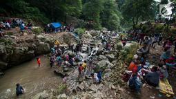 Sejumlah wisatawan menikmati air terjun di Kabupaten Karawang, Jabar, Kamis (29/6). Wisatawan memanfaatkan liburan Lebaran untuk mengunjungi tempat wisata bersama keluarga. (Liputan6.com/Gempur M Surya)