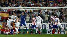 Menjamu Atletico Madrid di Santiago Bernabeu dalam leg kedua perempatfinal Liga Champions, Kamis (23/4/2015) dini hari WIB, Real Madrid mendapatkan perlawanan sengit. Bahkan, mereka harus puas bermain imbang 0-0 di babak pertama. (AP Photo/Andres Kudacki)
