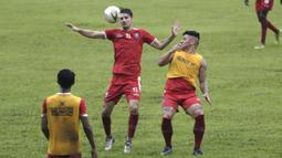Pemain Arema FC, Pavel Smolyachenko, mengontrol bola saat latihan di Stadion Gajayana, Malang, Kamis (11/4). Latihan ini merupakan persiapan jelang laga final Piala Presiden 2019 melawan Persebaya Surabaya. (Bola.com/Yoppy Renato)