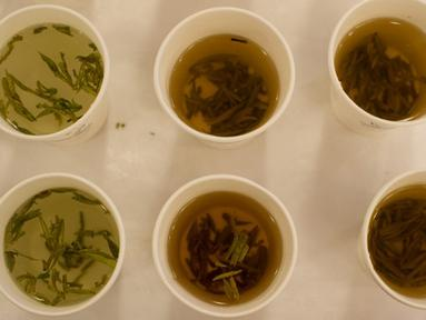 Meminum teh merupakan cara alami untuk mengurangi sakit kepala di tempat kerja. Teh hangat yang ditambah dengan sedikit madu dapat memperlancar pembuluh darah yang menyebabkan sakit kepala. (AFP PHOTO / Ed Jones)