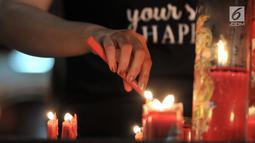 Umat Tionghoa menyalakan lilin saat berdoa di Klenteng Boen Tek Bio, Pasar Lama, Tangerang, Kamis (31/1).  Klenteng yang dibangun tahun 1684 ini merupakan rumah ibadah yang ramai dikunjungi oleh umat Tionghoa. (Merdeka.com/Iqbal S. Nugroho)