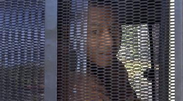 Aktivis Thailand Jatupat Boonpattararaksa yang dipenjara gara-gara membagikan profil sang raja di Facebook. (AP)