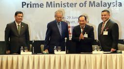 PM Malaysia, Mahathir Mohamad (kedua kiri) dan Ketua IMBC Tanri Abeng (kedua kanan) saat melakukan pertemuan di Hotel Grand Hyatt Jakarta, Jumat (29/06). Pertemuan berlangsung tertutup bagi awak media. (Liputan6.com/HO/Ismail)