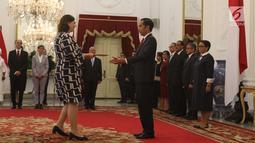 Presiden Joko Widodo menerima surat kepercayaan dari Duta Besar LBBP Irlandia untuk Indonesia Olivia Leslie di Istana Merdeka, Jakarta, Kamis (8/11). Jokowi didampingi Menlu, Seskab, dan Mensesneg. (Liputan6.com/Angga Yuniar)