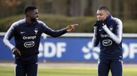 Pemain Prancis, Kylian Mbappe dan Samuel Umtiti, bercanda saat sesi latihan jelang laga kualifikasi Piala Eropa 2020 di Clairefontaine, Paris, Rabu (20/3). Prancis akan berhadapan dengan Moldova. (AP/Christophe Ena)