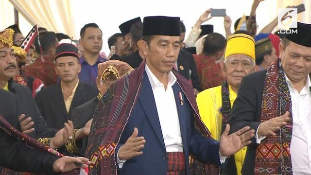Pesta Adat Kahiyang-Bobby kedatangan Presiden Jokowi dan Ibu Negara, mereka berdua nampak ikut manortor di depan para tamu.