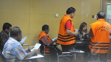 Para Tahanan Komisi Pemberantasan Korupsi (KPK), yang berumat kristiani saat menjalankan kebaktian untuk merayakan kenaikan isa almasih di gedung Komisi Pemberantasan Korupsi (KPK), Jakarta, Jumat (3/4/2015). (Liputan6.com/Herman Zakharia)