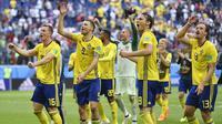 Para pemain Swedia menyapa suporter usai mengalahkan Swiss pada babak 16 besar Piala Dunia di Stadion St Petersburg, St Petersburg, Selasa (3/7/2018). Swedia menang 1-0 atas Swiss. (AP/Martin Meissner)