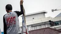 Dalam aksinya, buruh menuntut kenaikan upah minimum provinsi (UMP) DKI Jakarta Tahun 2015 hingga 30 persen, (22/10/14). (Liputan6.com/Faizal Fanani)