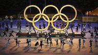 Para penari tampil di depan logo Olimpiade saat upacara pembukaan Olimpiade Tokyo 2020 di Olympic Stadium, Tokyo, Jepang, Jumat (23/7/2021). (Foto: AP/Pool/Dylan Martinez)